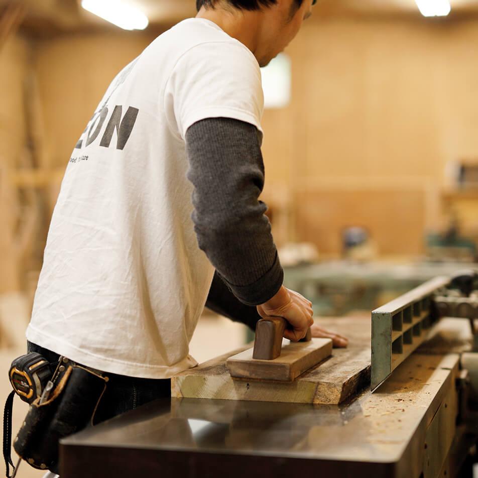 木材をヤスリがけしている画像