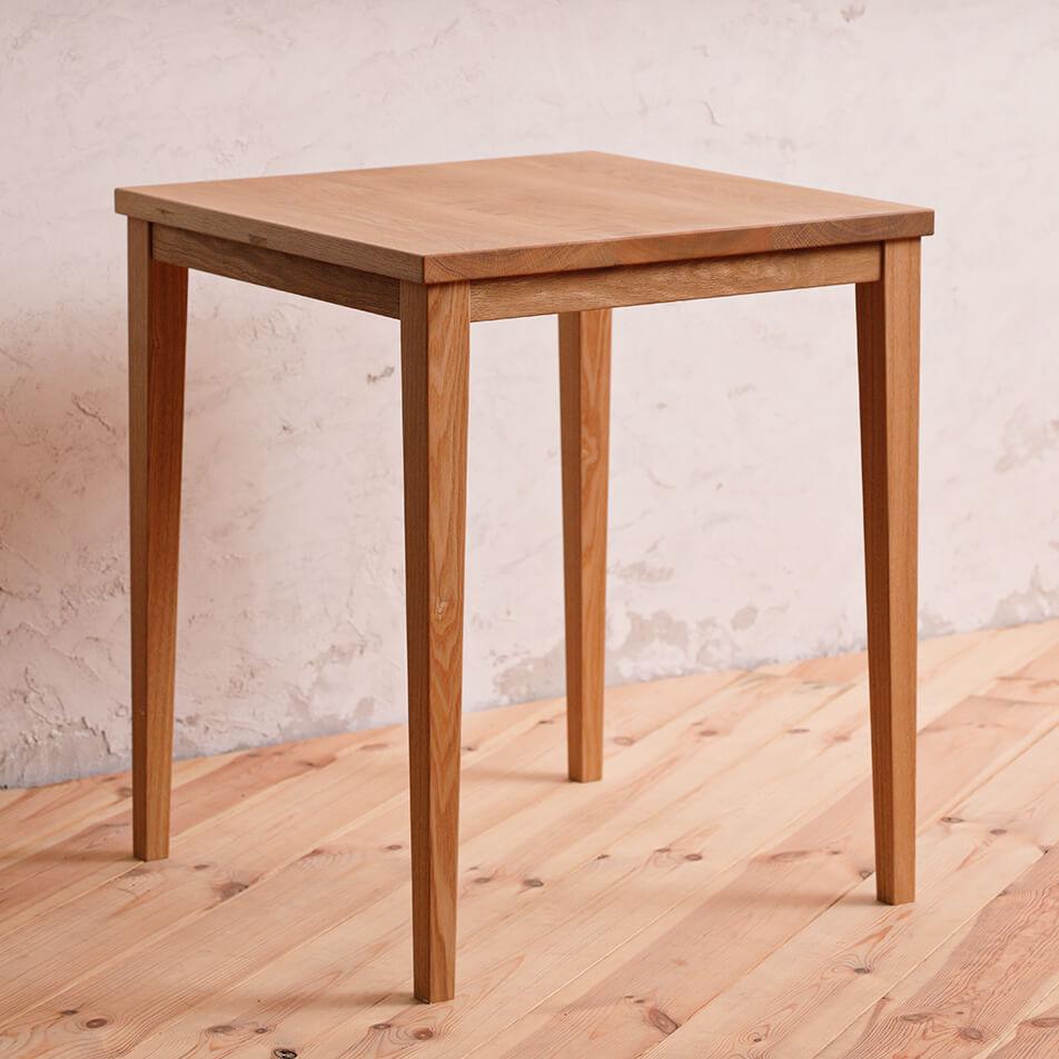 ナチュラルな木製の椅子の画像
