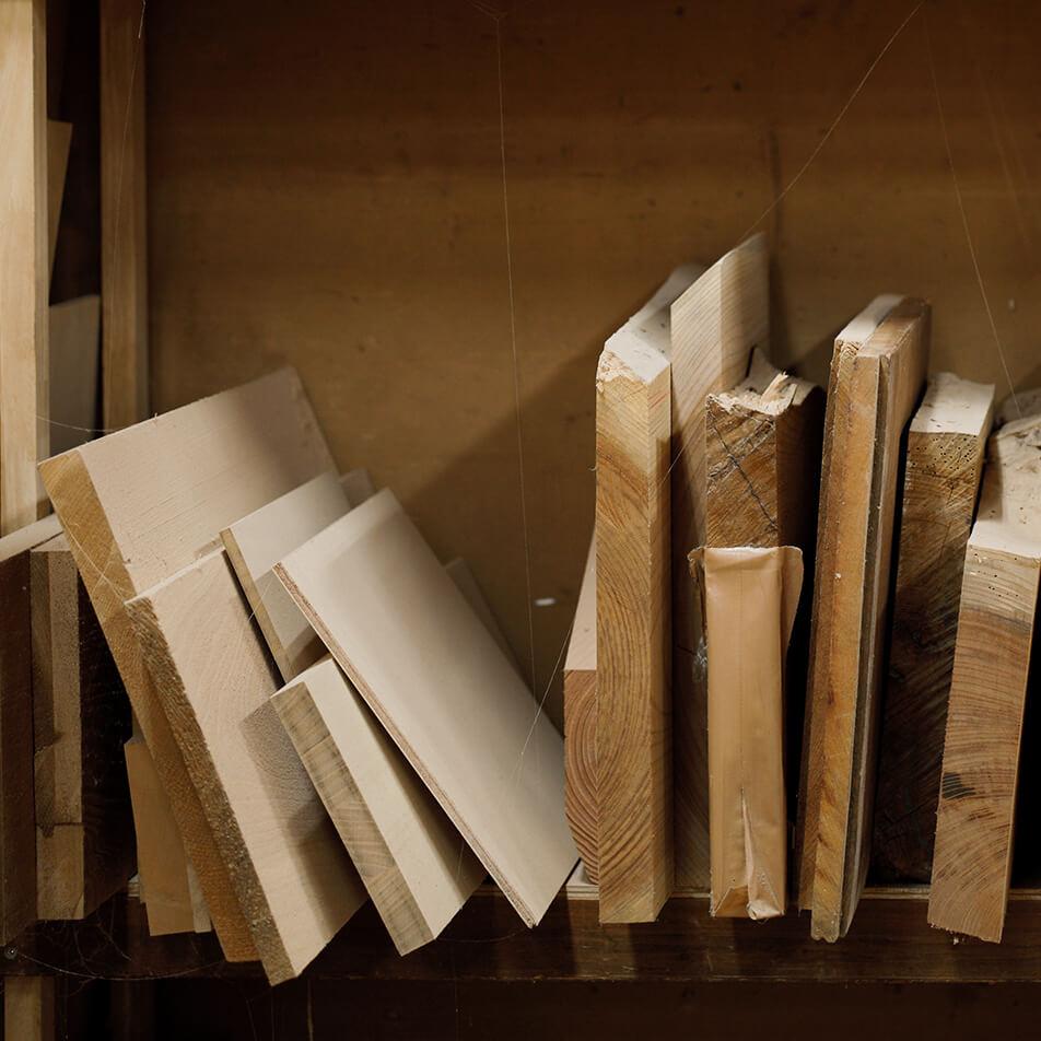 棚に並んでいる木材の画像
