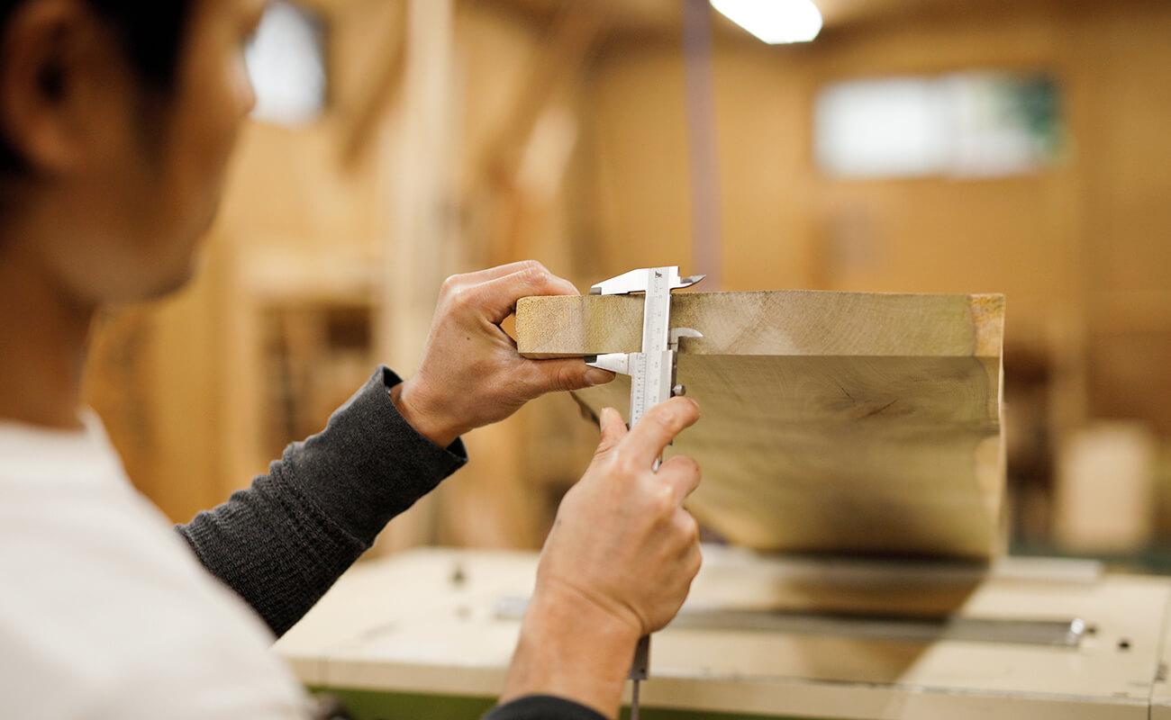 木製の椅子のアップ画像
